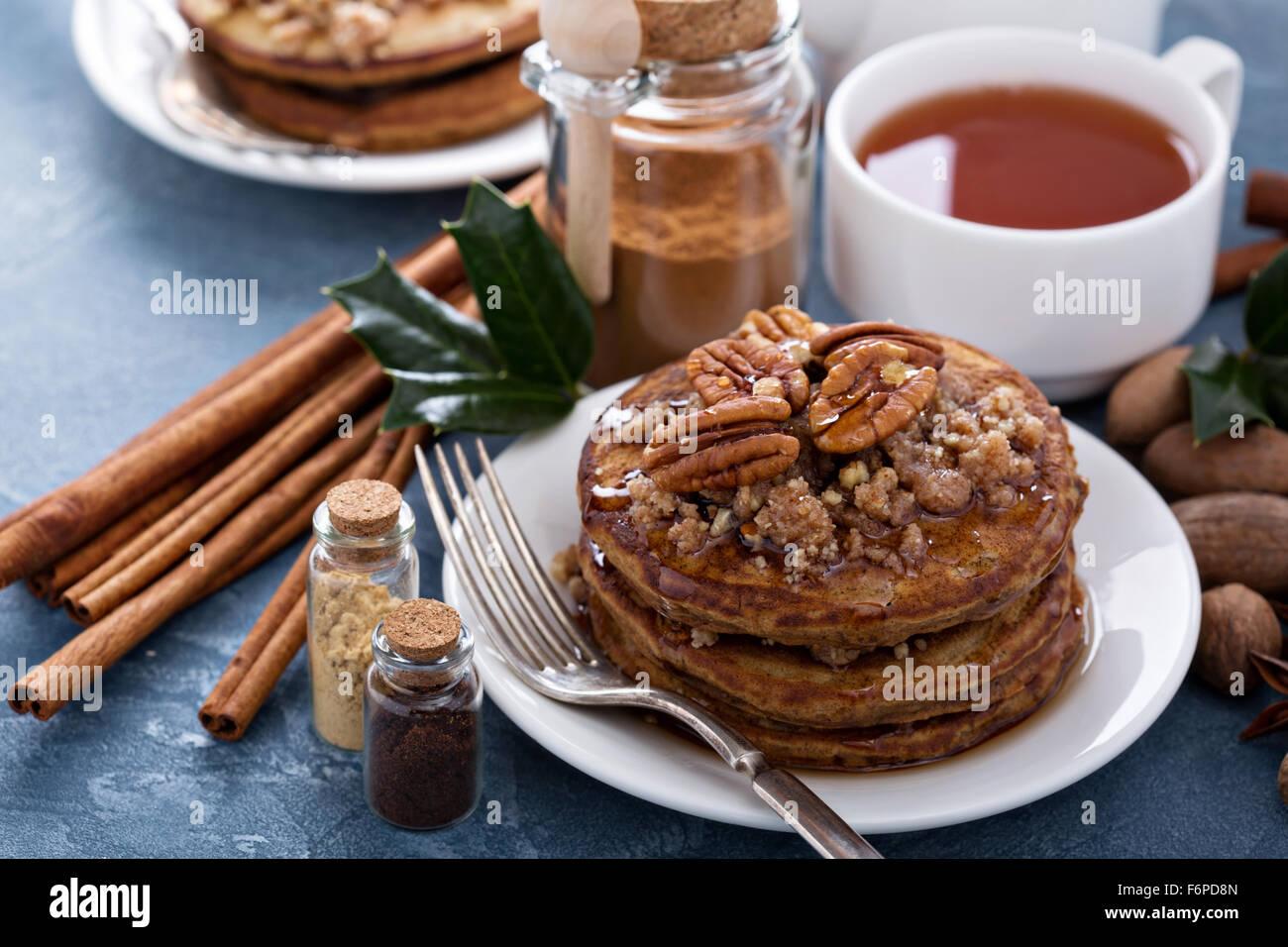Zimt und Gewürzen Pfannkuchen mit crumble Schicht und Pekannüsse Stockbild