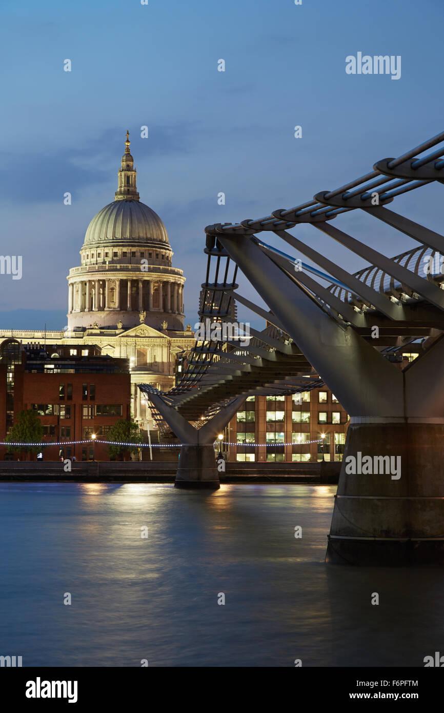 St. Pauls Kathedrale und Millennium Bridge in London am Abend Stockfoto