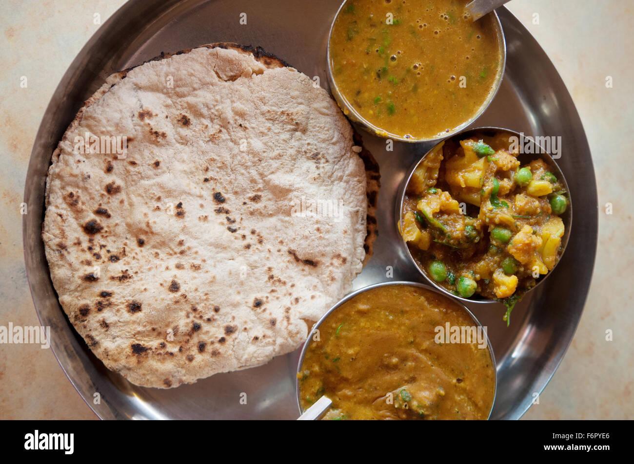 Traditionelle indische Küche vegetarische Roti serviert in kleinen ...