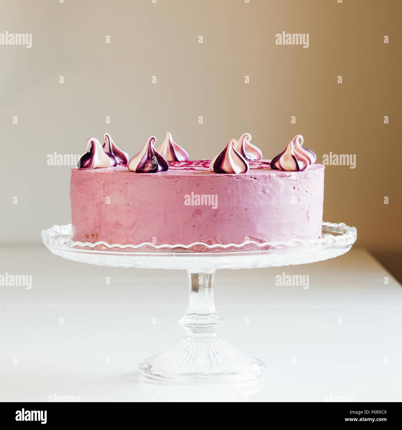 Schöne Lila Hausgemachte Kuchen Mit Ethnischen Muster Von Der Seite  Stockbild