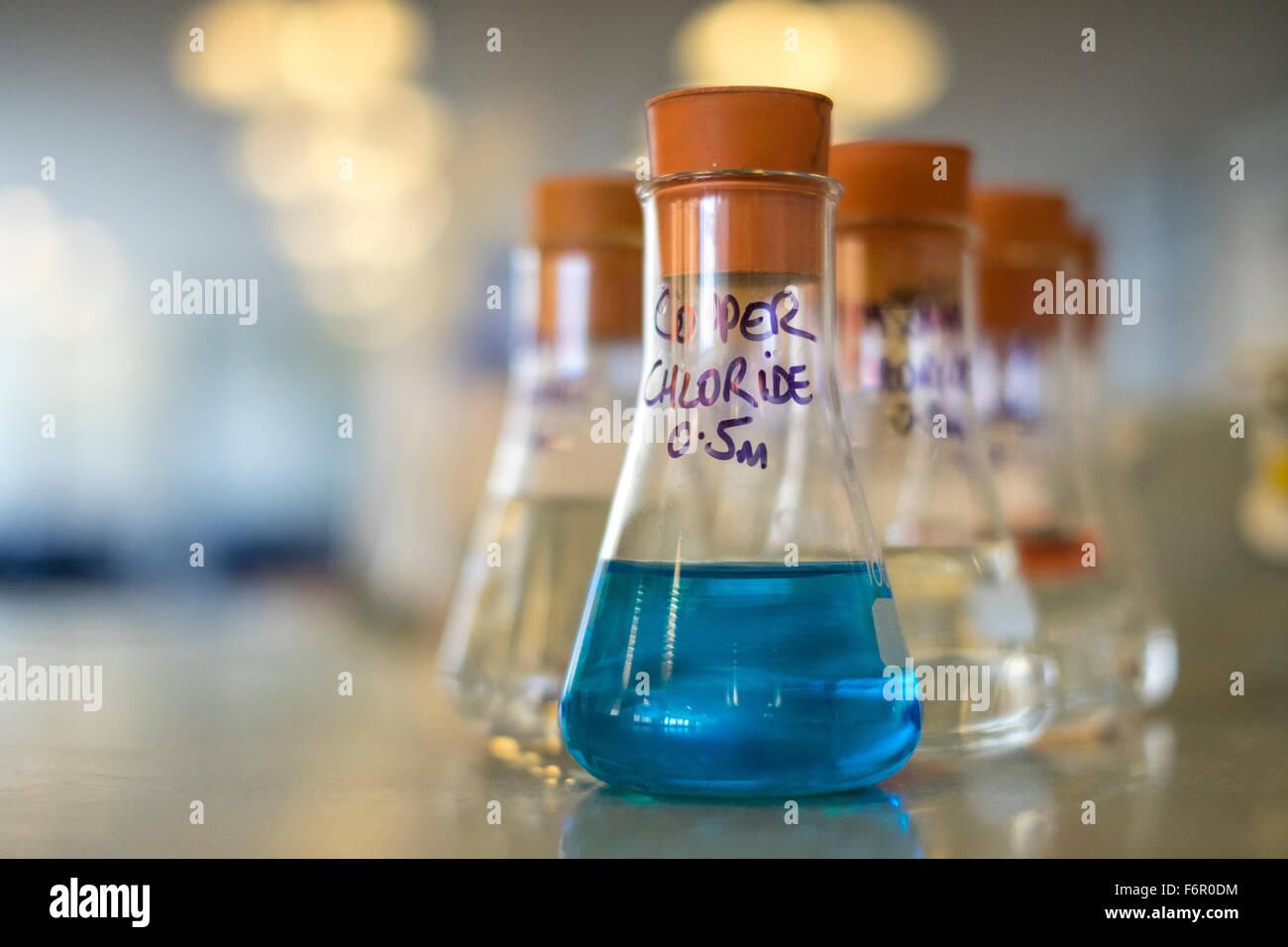 Chemie-Labor Glas Becher Chemikalien Wissenschaft Stockbild