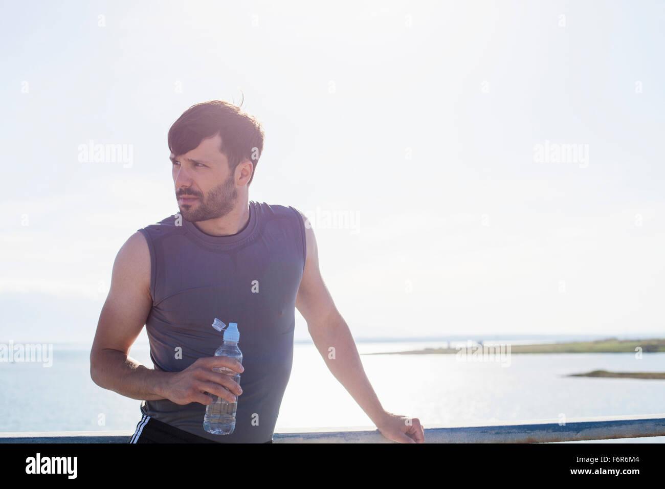 Junge Jogger nimmt sich eine Auszeit am Meer, Adria, Kroatien Stockbild
