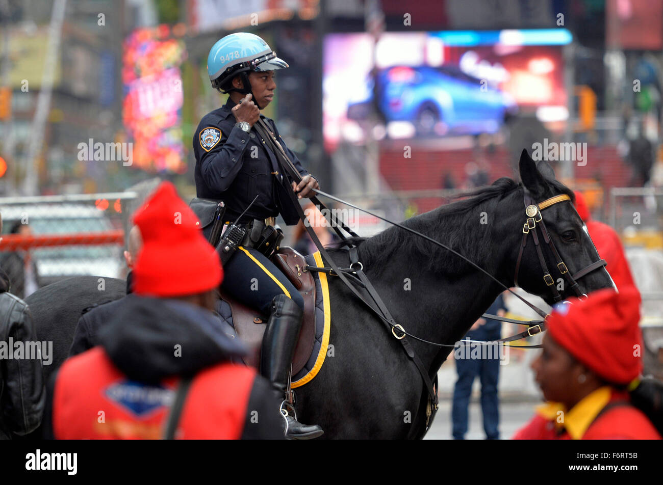 New York, USA. 19. November 2015. Ein Ranger Patrouillen an der New Yorker Time Square in der Times Square in Manhattan, Stockbild