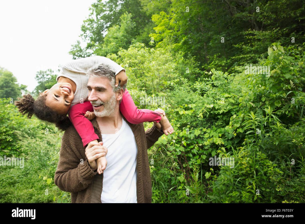 Vater mit Tochter auf Schultern Stockfoto