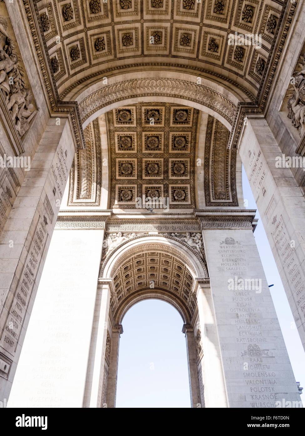 Unter dem Bogen. Die detaillierte dekorative Arbeit unter dem Arc de Triomphe in Paris. Stockbild