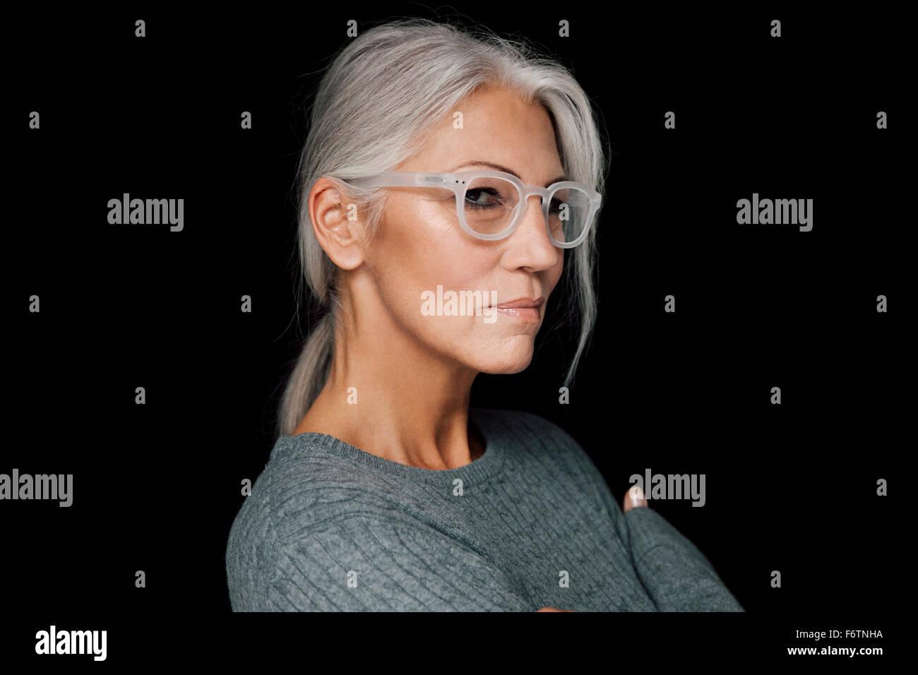 Porträt Frau Mit Grauen Haaren Die Das Tragen Einer Brille Vor