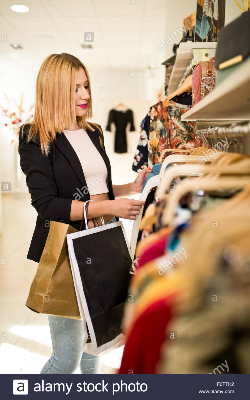 junge frau in mode boutiquen fur kleider