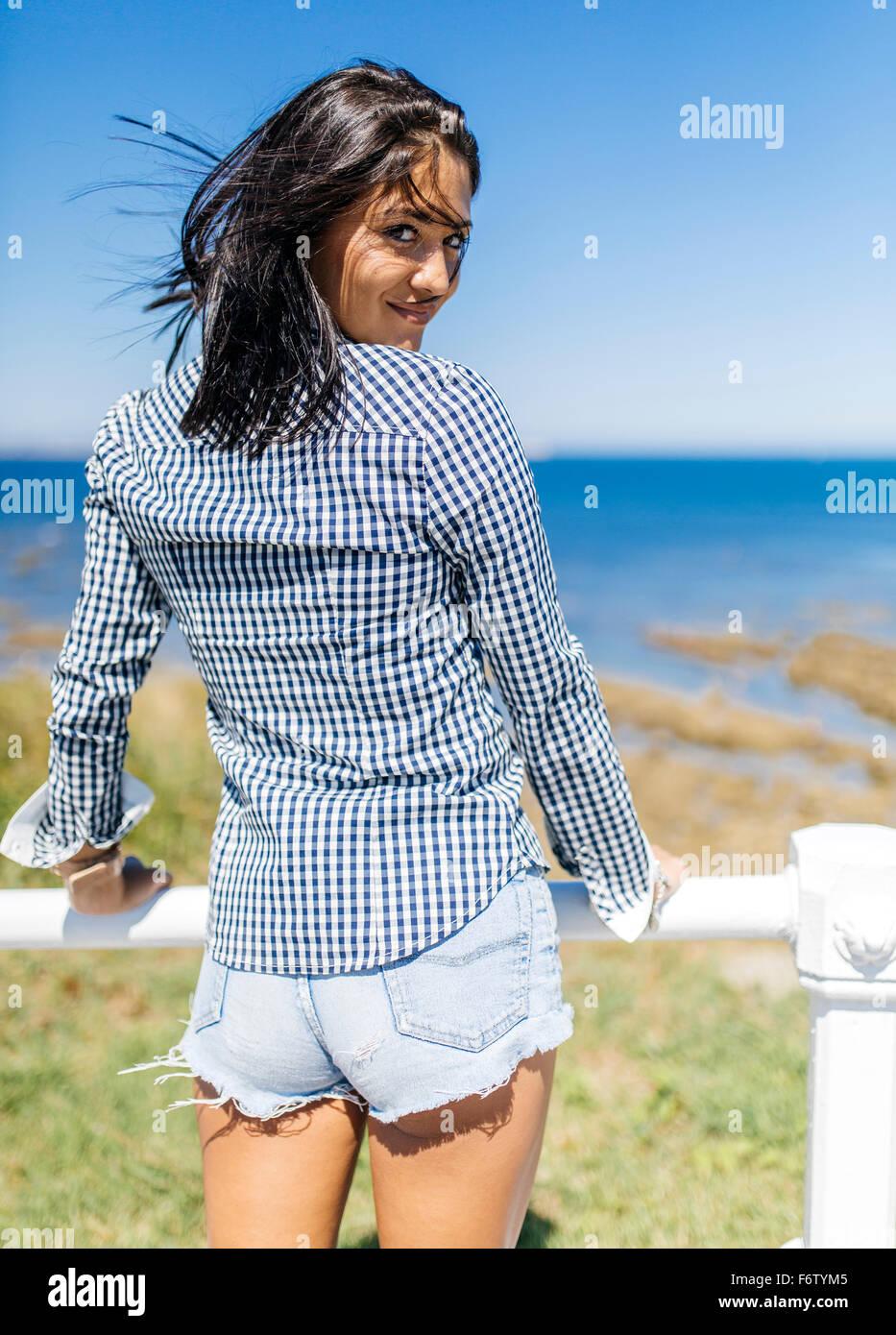Spanien, Gijon, attraktive Teenager-Mädchen an der Küste Stockbild