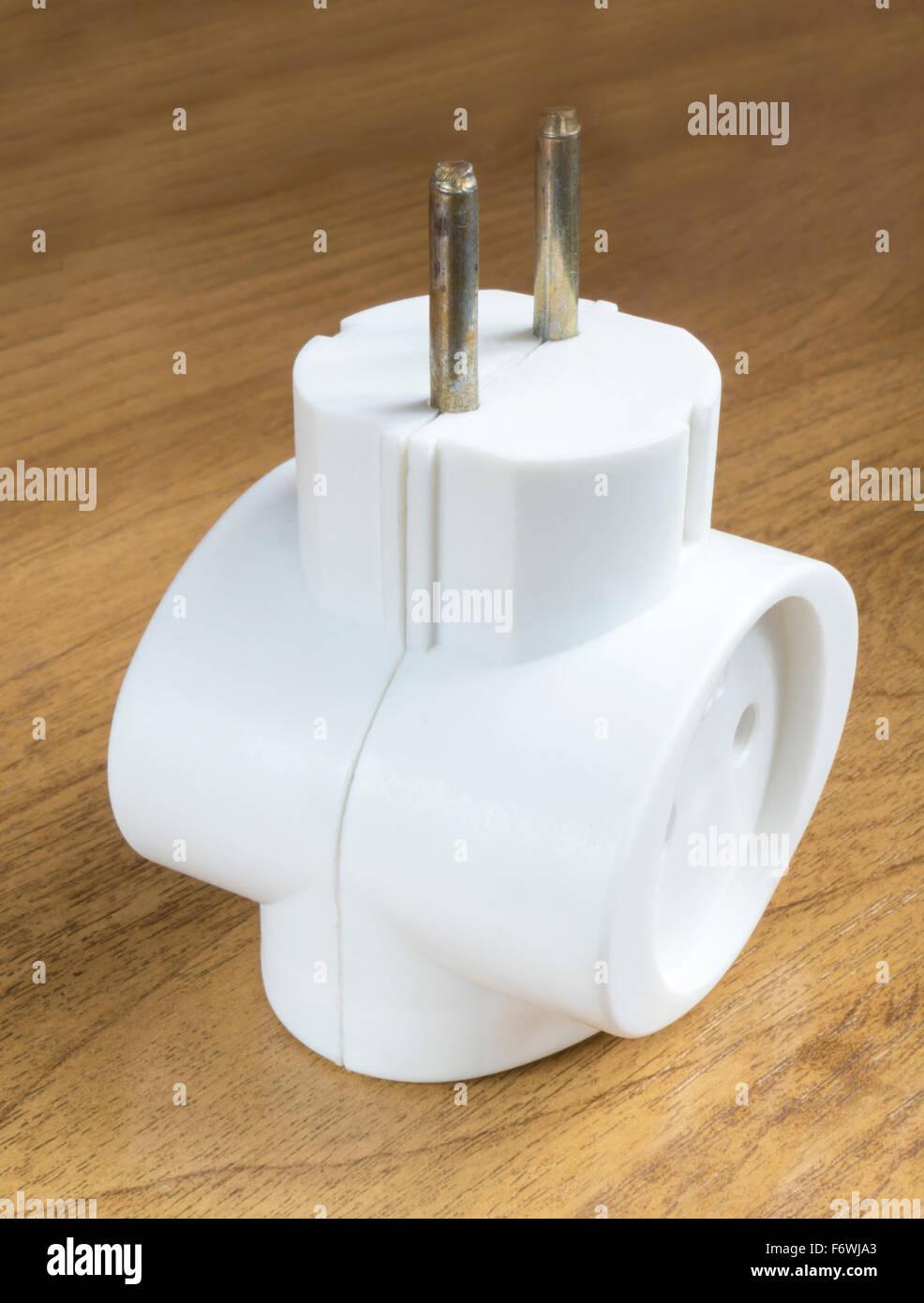 Weiße elektrische Netz Verteiler beruht auf braunen Tisch Stockbild