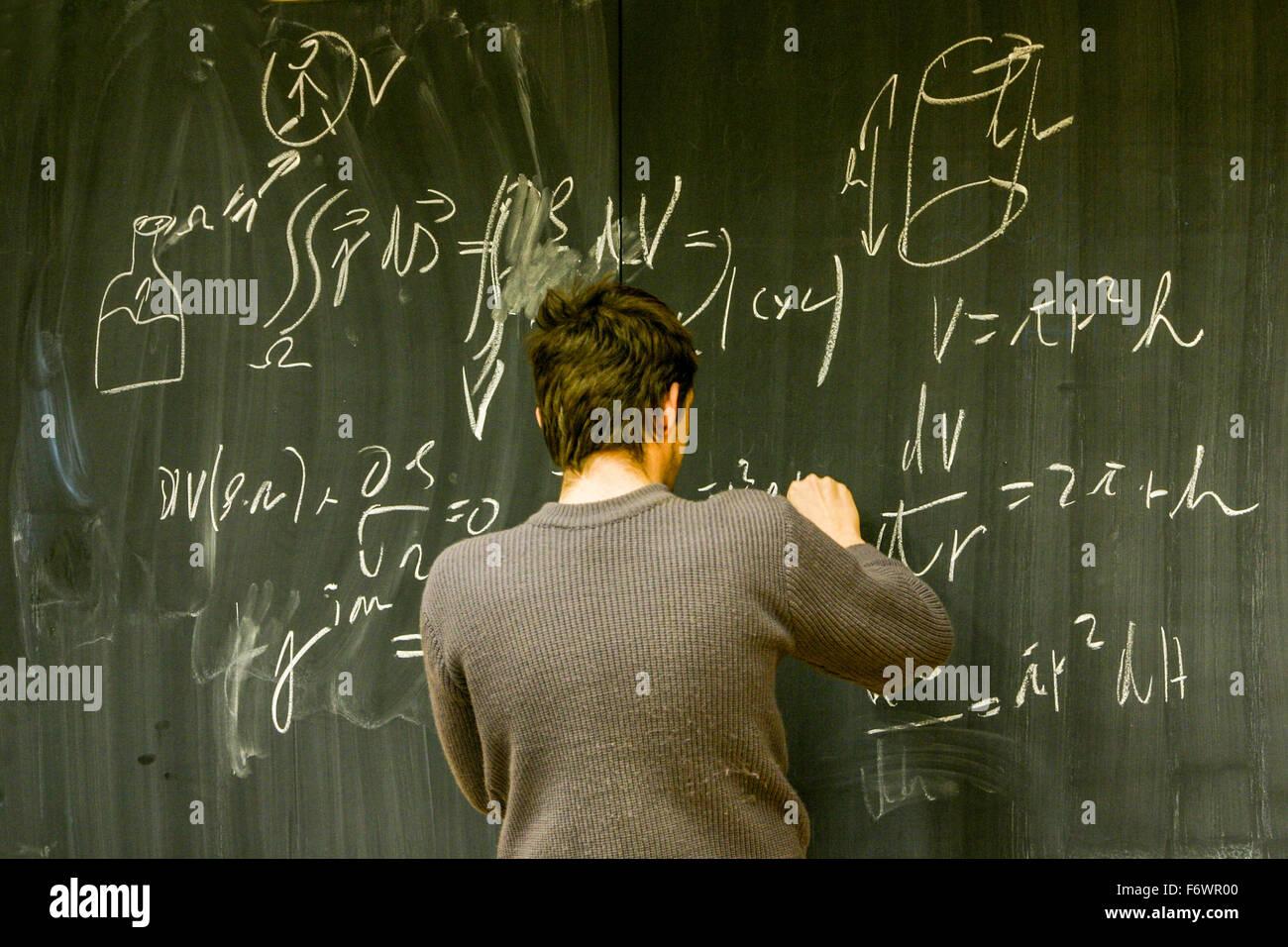 Berechnung des Beispiels auf einer Tafel Stockbild
