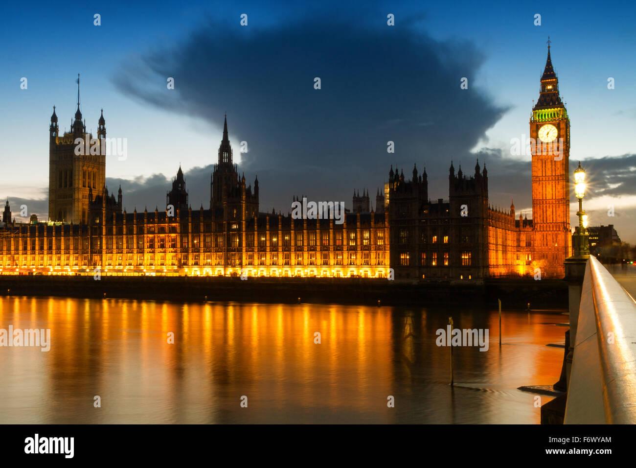 Eis-Wolke über den Houses of Parliament in London, England Stockbild