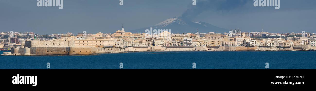 Stadtbild von Sycracuse mit Ätna im Hintergrund, Sizilien, Italien Stockbild