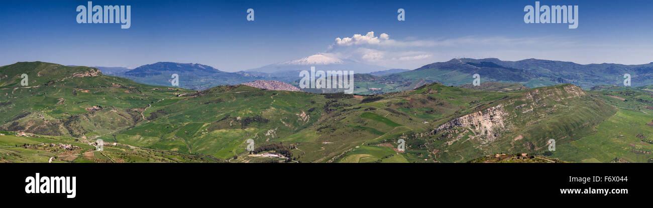 Panorama von der sizilianischen Hügellandschaft mit dem Rauchen Ätna im Hintergrund, Italien Stockbild