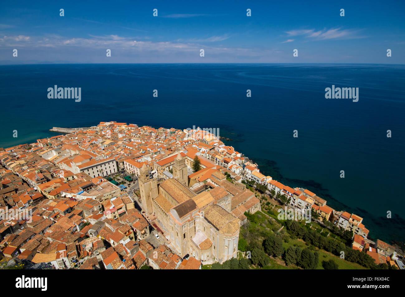 Panorama von Cefalu - Weitwinkel Version, Sizilien, Italien Stockbild