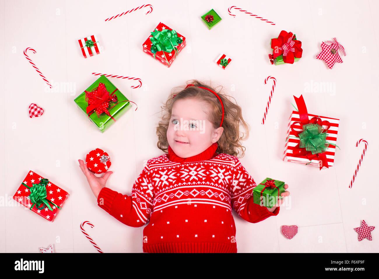 Kinder Weihnachtsgeschenke zu öffnen. Kleines Mädchen im Winter ...