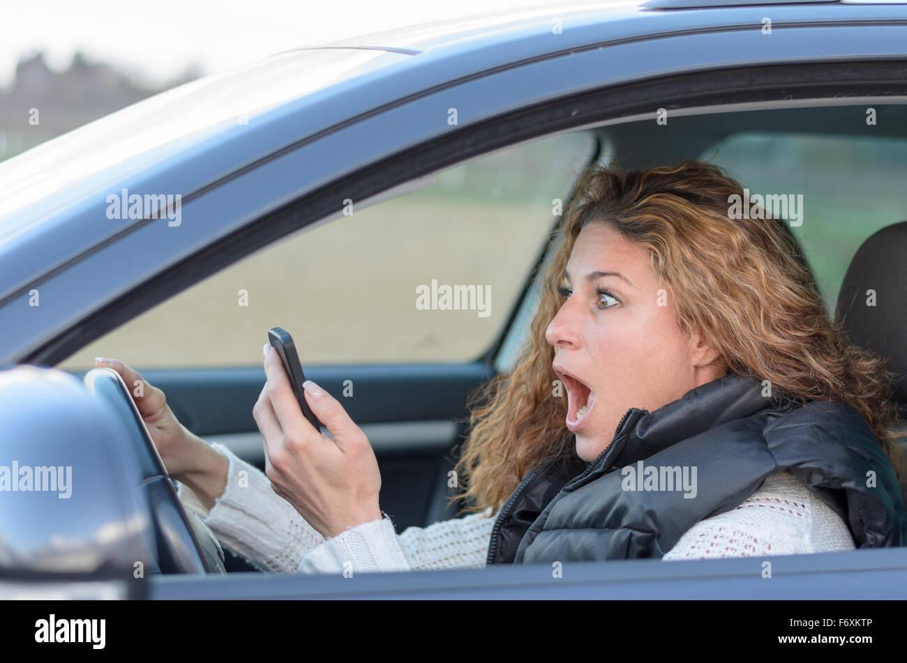 Scared Looking Woman Cellphone Stockfotos und  bilder Kaufen   Alamy