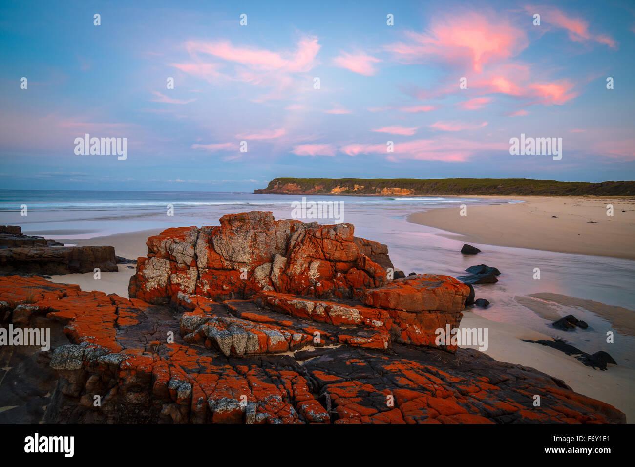 Sonnenuntergang an der wilden Küste Nadgee, NSW Stockbild