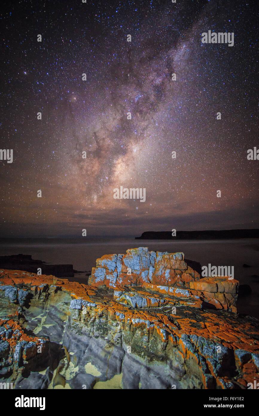 Die Milchstraße betrachtet aus der unberührten Wildnis Nadgee Stockbild