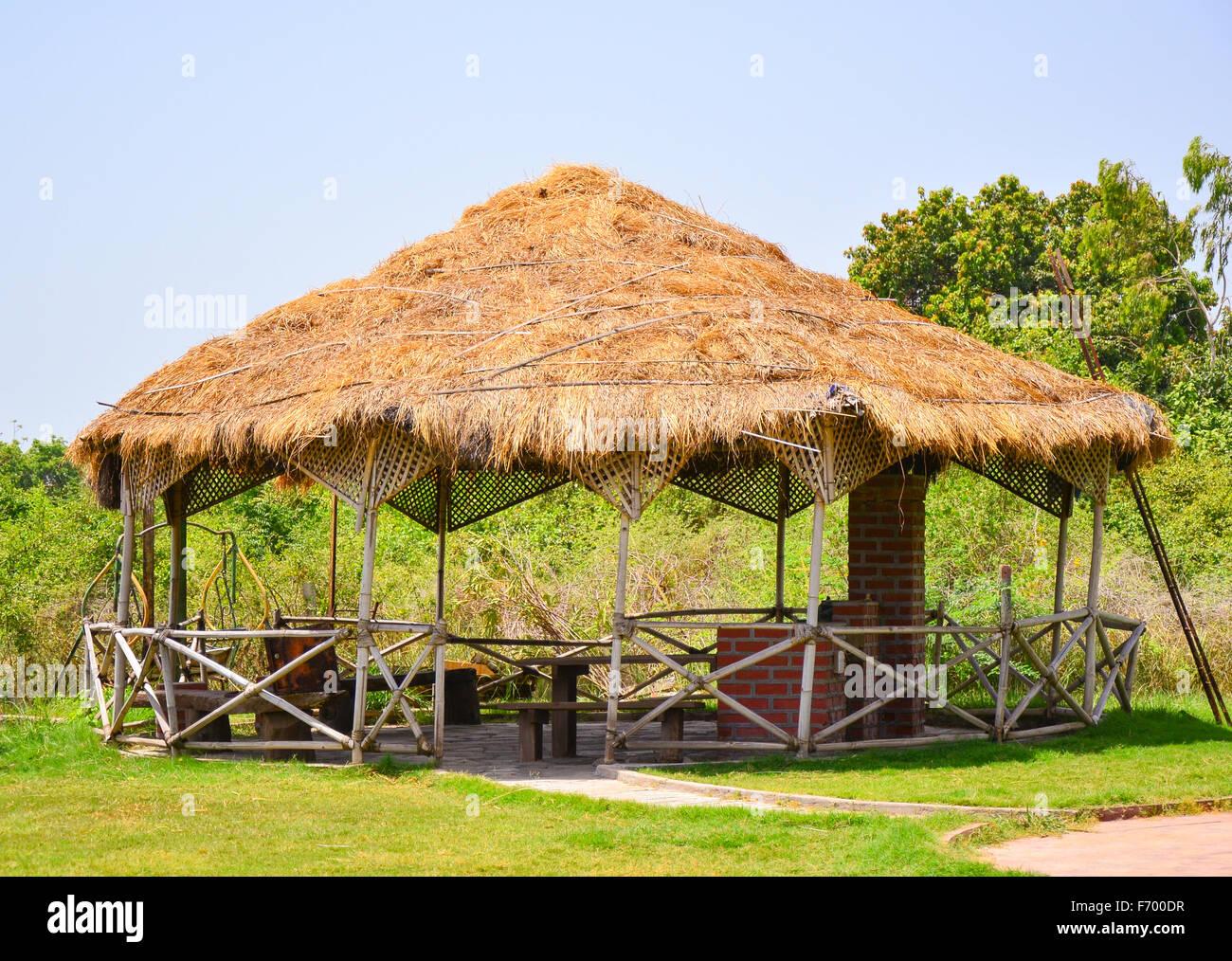 Runde Pavillons eine runde pavillons mit strohdach auf einem bauernhof in indien