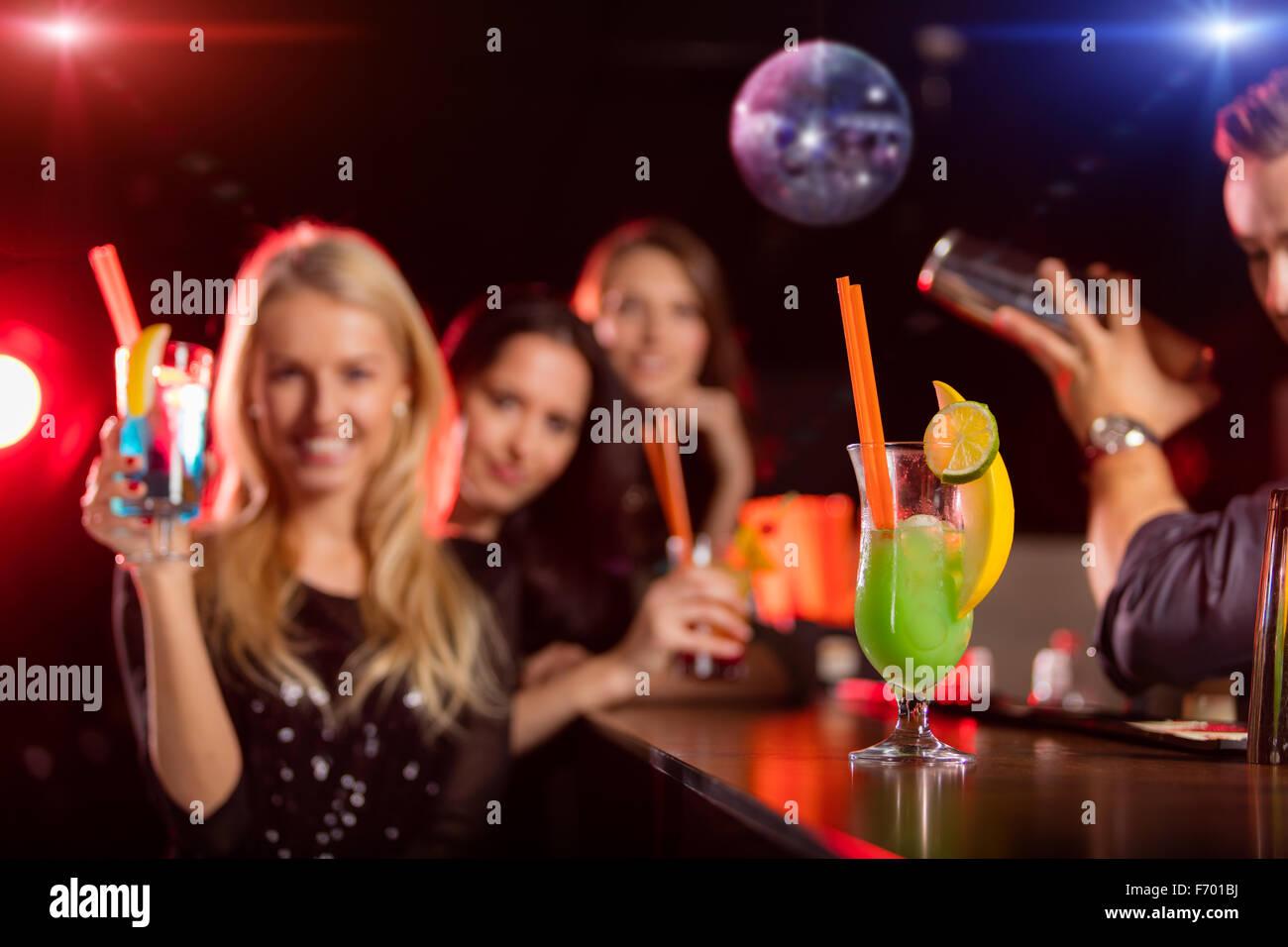Junge Freunde tranken Cocktails zusammen auf party Stockbild