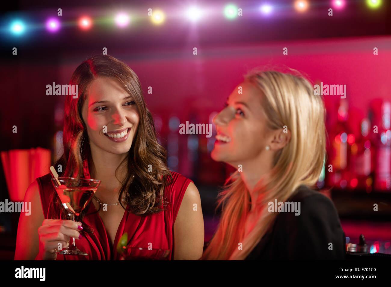 Zwei Mädchen an der Bar mit cocktail trinken Stockbild