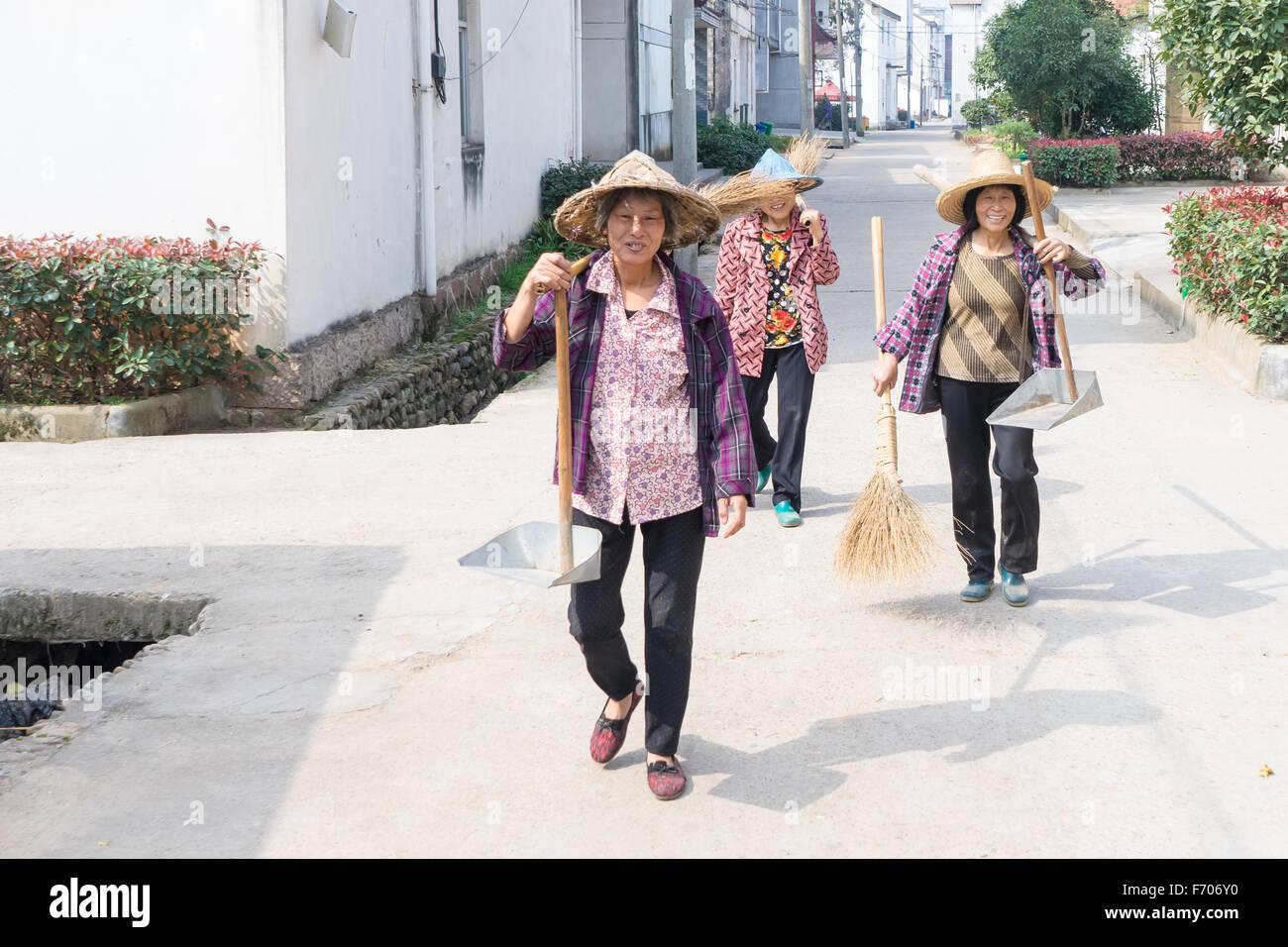 Drei Hausfrauen auf der Straße im Dorf Siping, Jinhua, China Stockbild