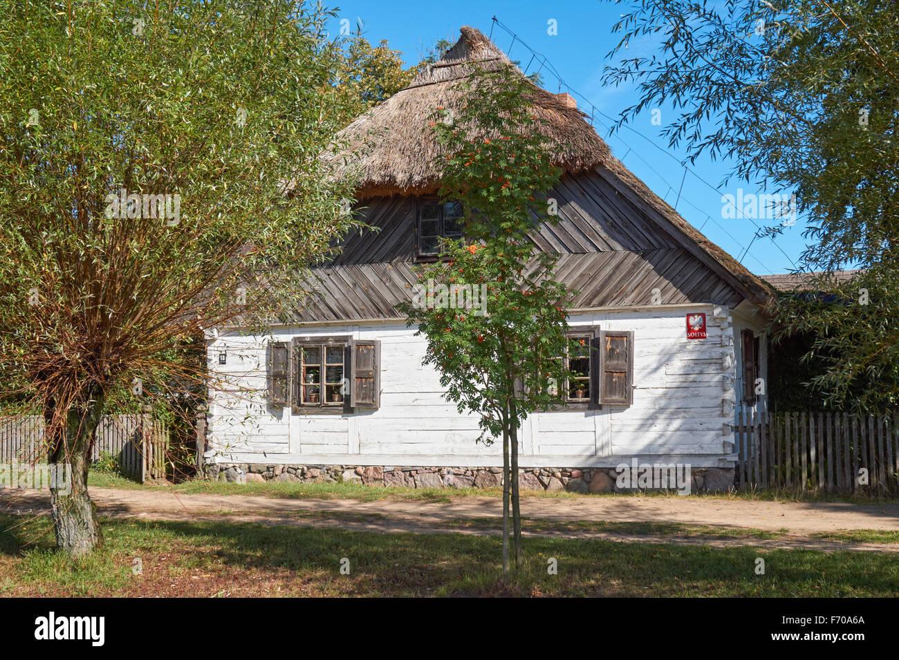 Das Museum Der Landschaft Masowien In Sierpc, Polen. Alte Hölzerne Bauer  Bauernhaus Mit Reetdach