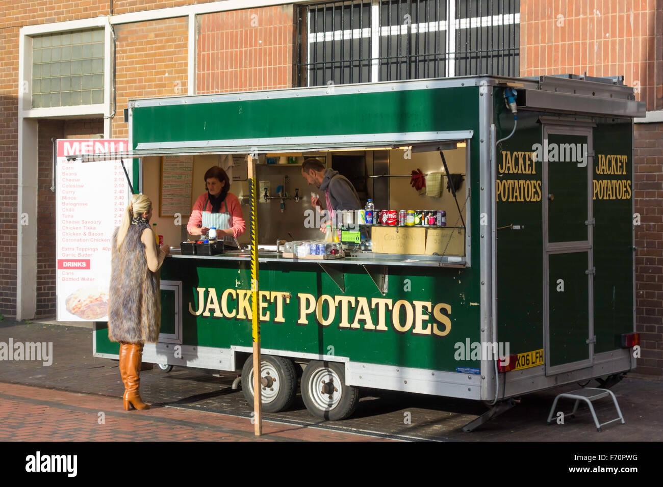 Frau an einem Ofenkartoffeln Stand in der Innenstadt einkaufen kaufen Stockbild