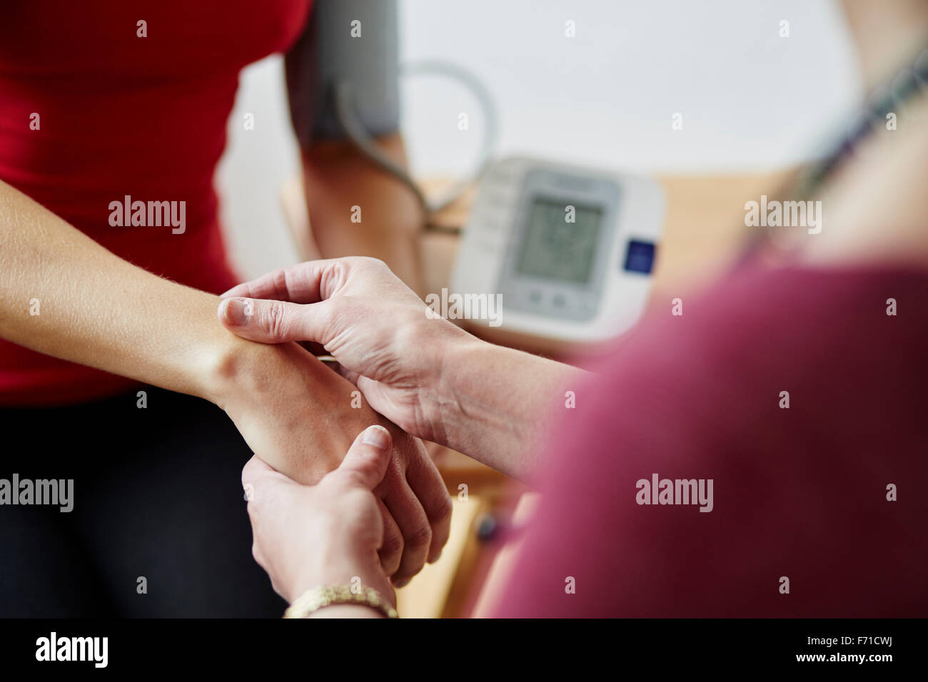 Arzt Patienten der Einnahme von blutigen Druck Stockbild