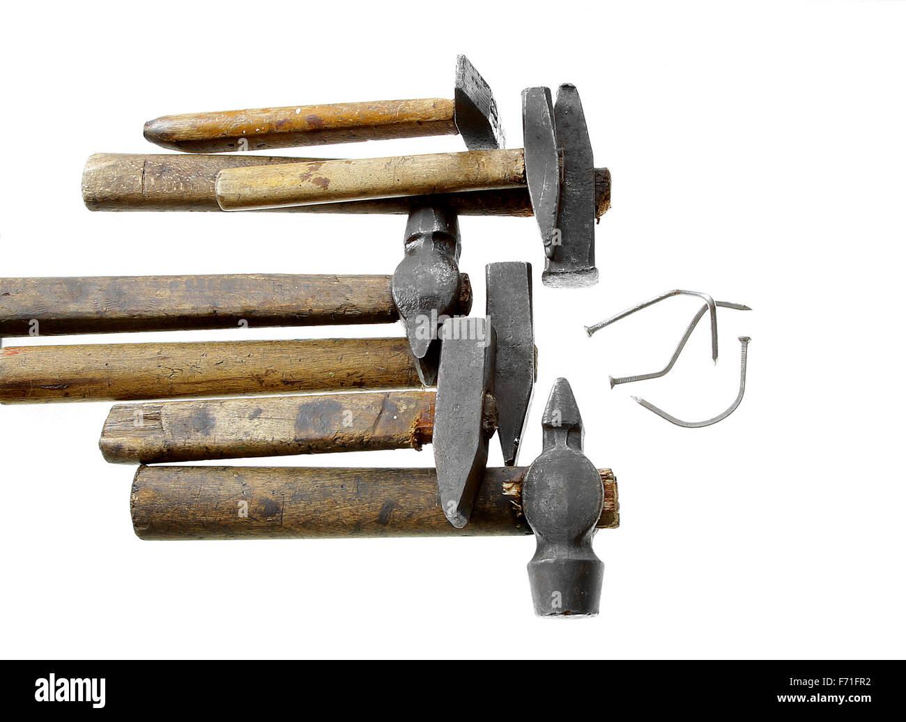 zu viele Köche verderben die Brühe Sprichwort Partie der Hämmer beschädigt Nagel isoliert auf Stockbild
