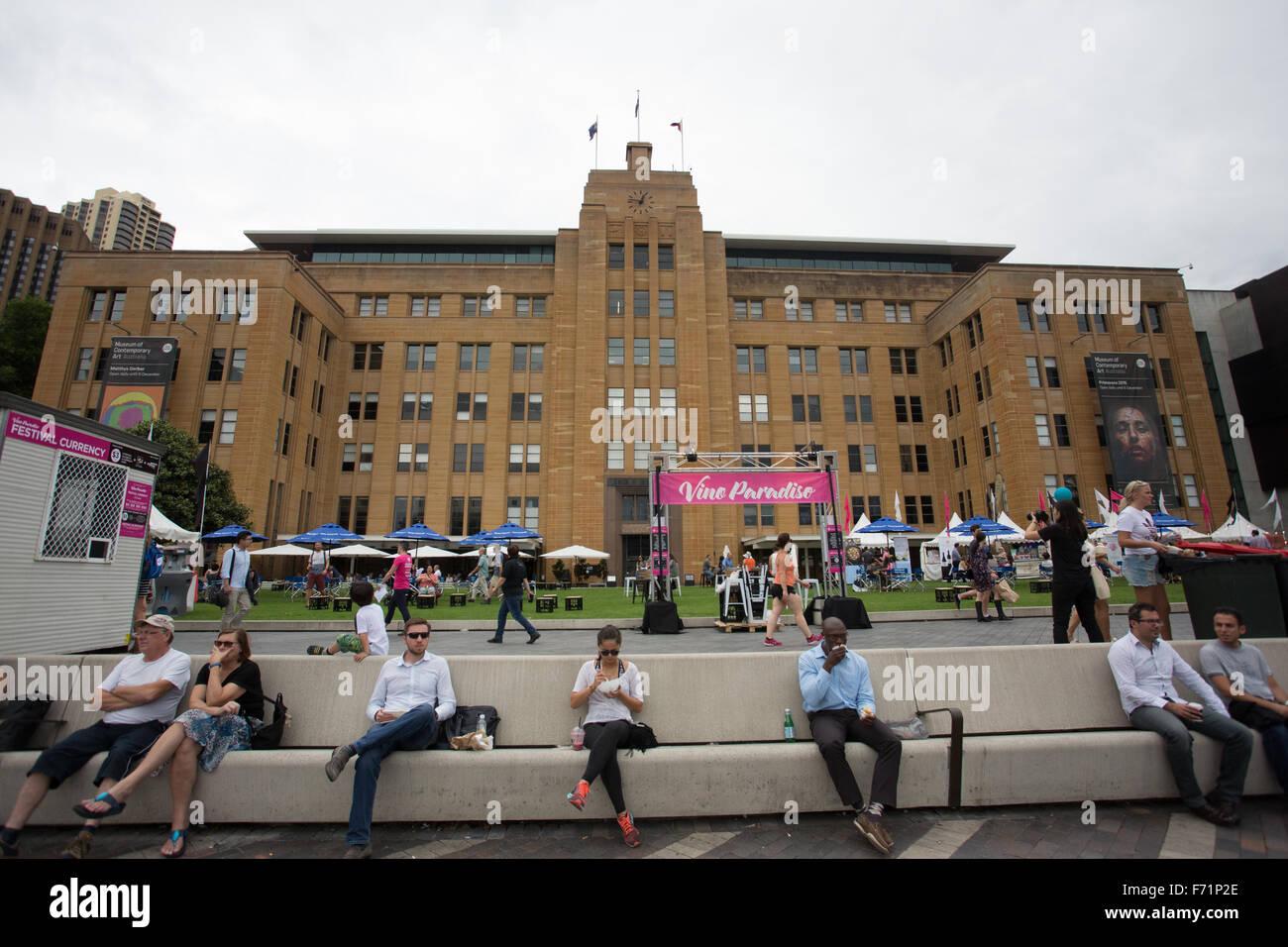 Büroangestellte sitzen Bank Sydney Mittagessen im freien Stockbild