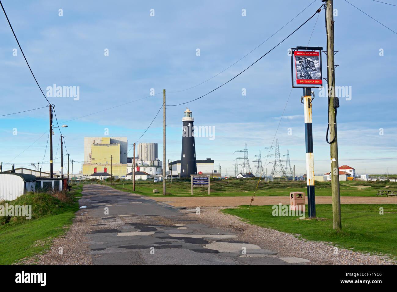 Straße bei Dungeness, führt zu Kernkraftwerk im Hintergrund, Kent, England UK Stockbild