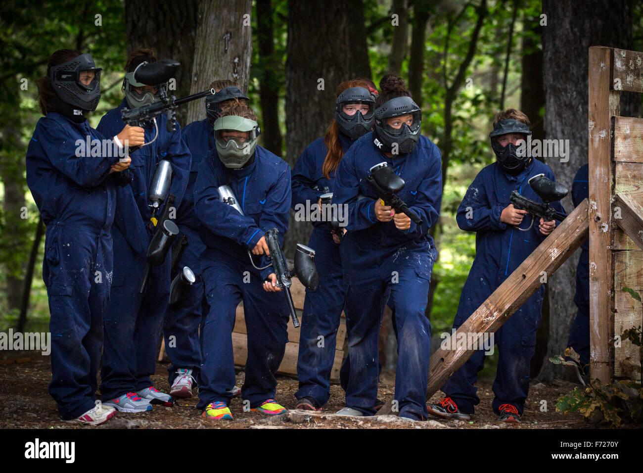 Ein Team von Jugendlichen bereit, eine Paintball Party zu spielen. Équipe d'adolescents Se Préparant À Weltweisen Stockfoto