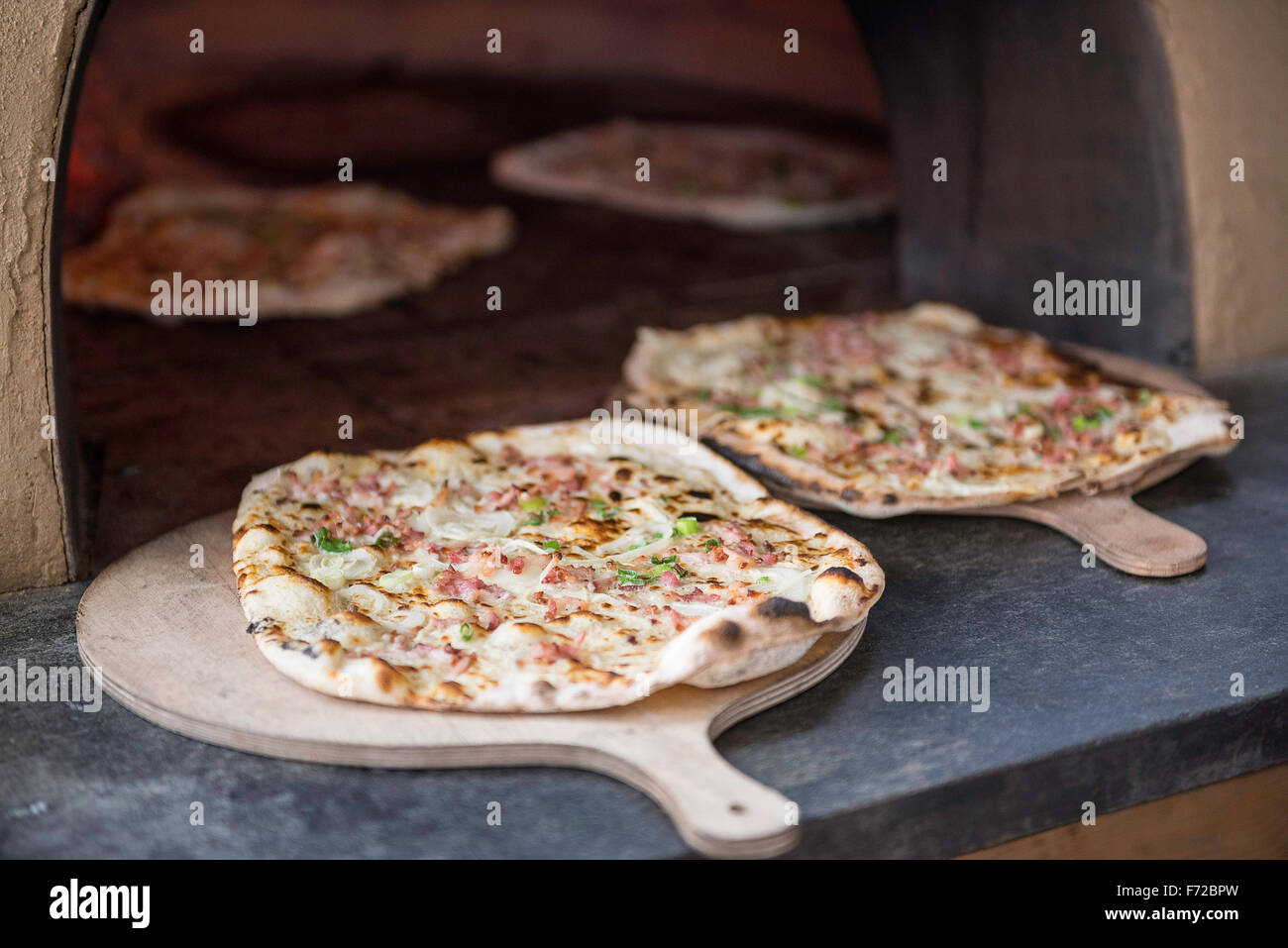flammkuchen stockfotos flammkuchen bilder alamy. Black Bedroom Furniture Sets. Home Design Ideas