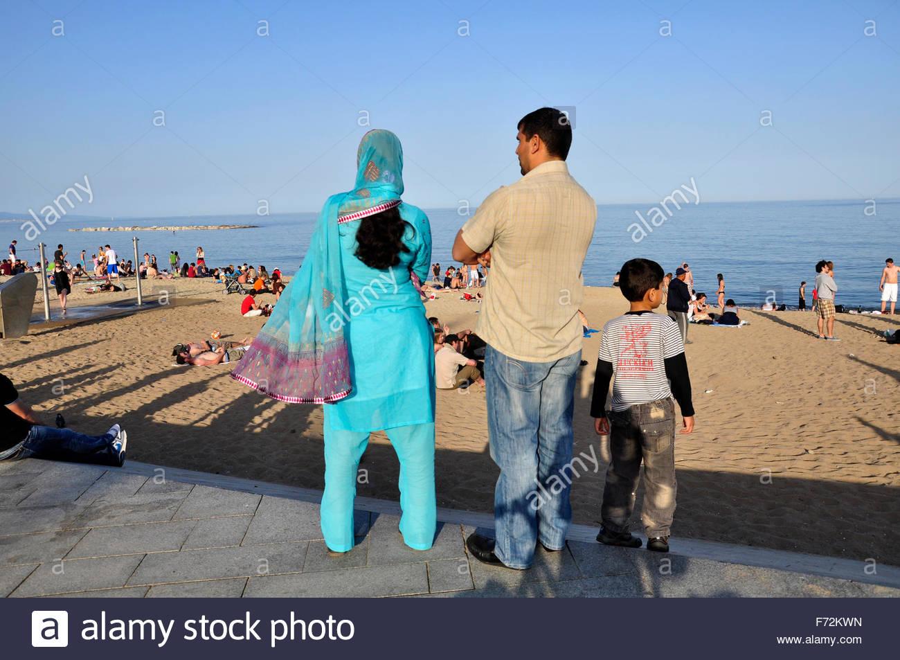 barceloneta strand muslimischen ehepaar auf urlaub in barcelona katalonien spanien stockfoto. Black Bedroom Furniture Sets. Home Design Ideas