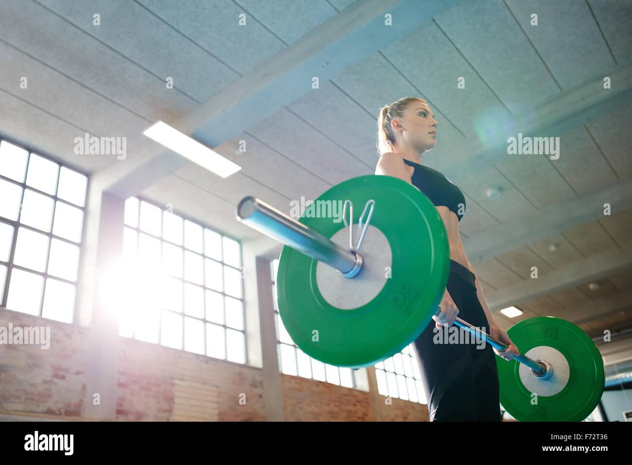 Fitness-Frau Praxis Kreuzheben mit schweren Gewichten im Fitnessstudio wird vorbereitet. Weiblich, schweres Gewichtheben Stockbild