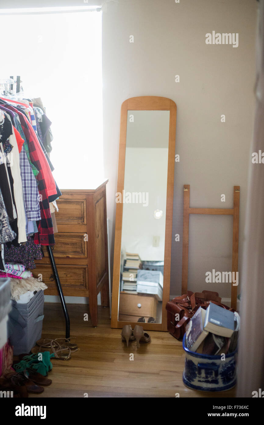 Spiegel Kommode Garderobe Und Schuhe In Einem Schlafzimmer