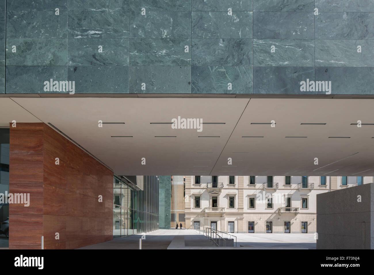 detail der außenfassade verkleidung und durchgang in richtung piazza