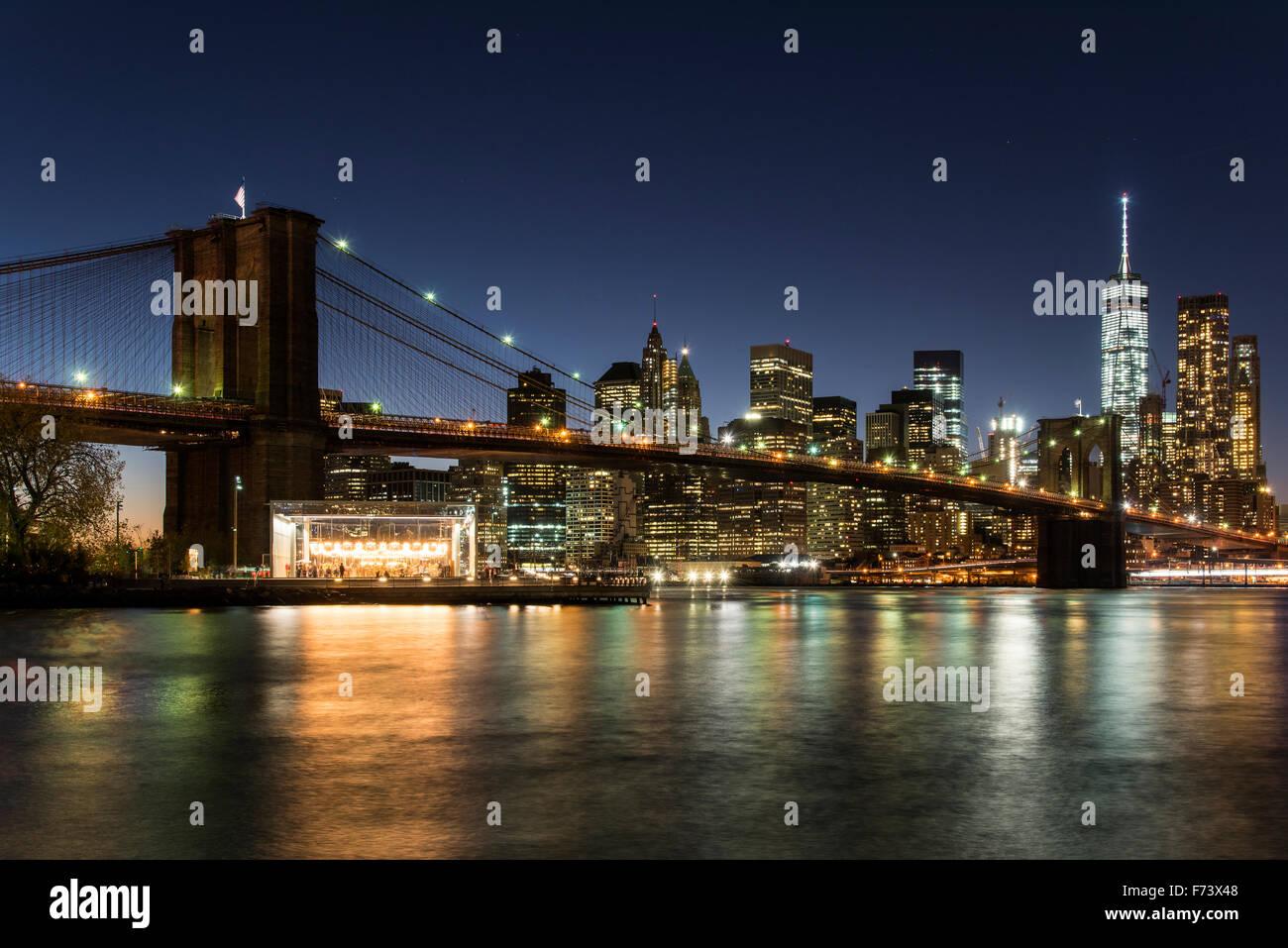 Nachtansicht der Brooklyn Bridge mit Skyline von Lower Manhattan, Brooklyn, New York, USA Stockbild