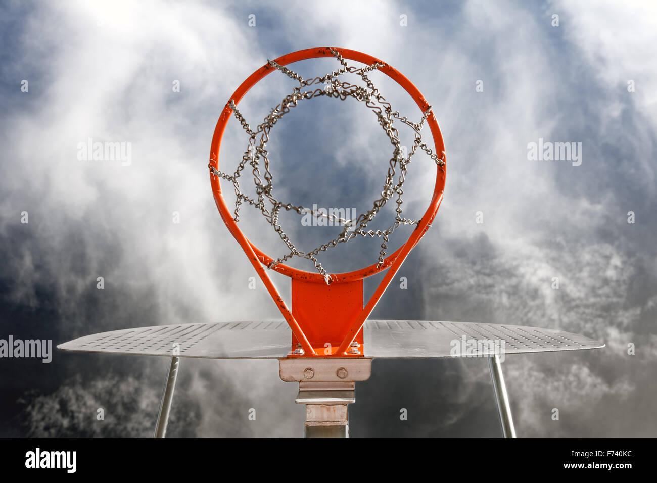Abstraktes Bild von Basketball-Tor gegen den Himmel Stockfoto