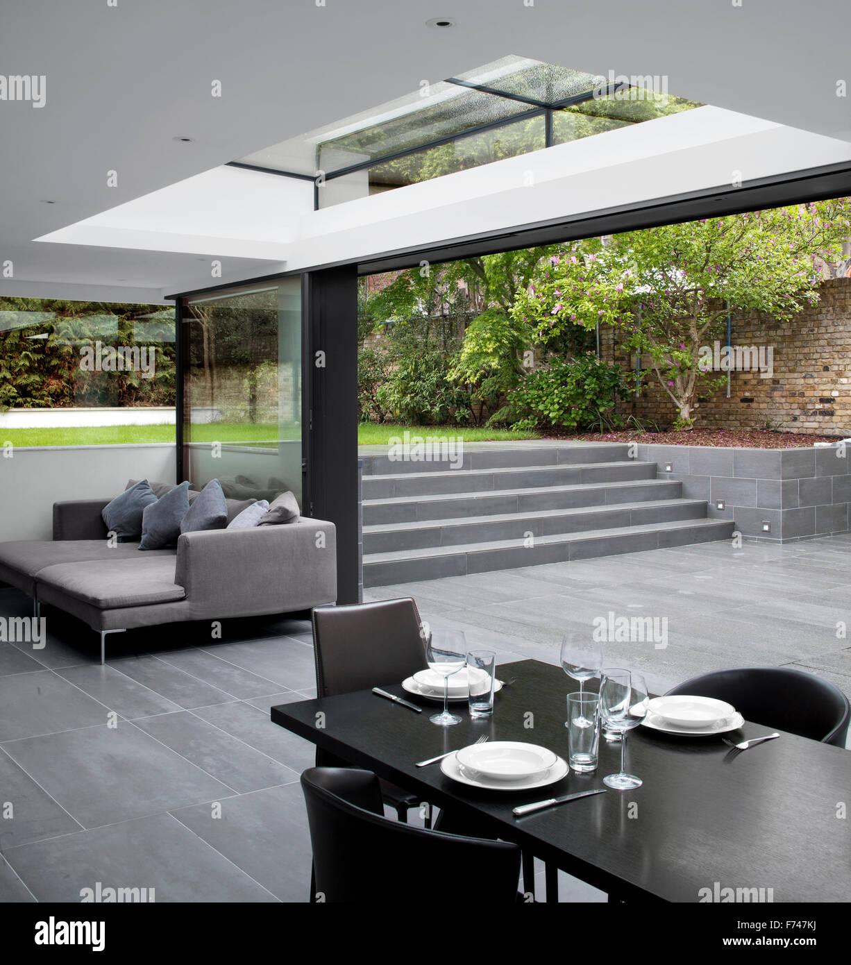Offene Keller mit Schritten zum Garten in Holland Park House von ...