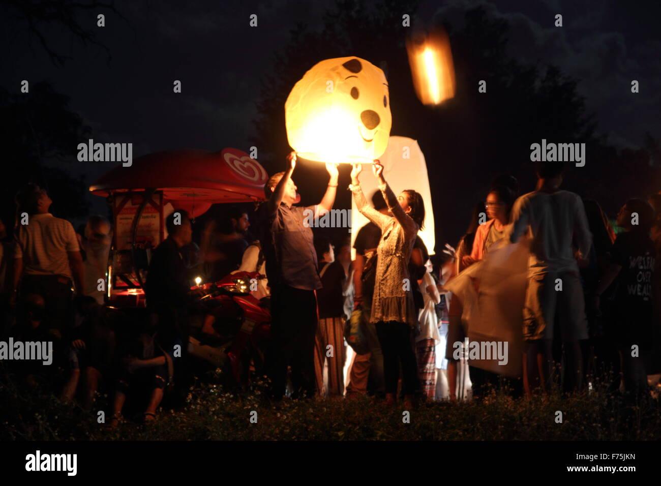 Chiang Mai, Thailand. 25. November 2015. Touristen versammeln, um freizugeben Khom Loi (Himmelslaterne) während Stockfoto