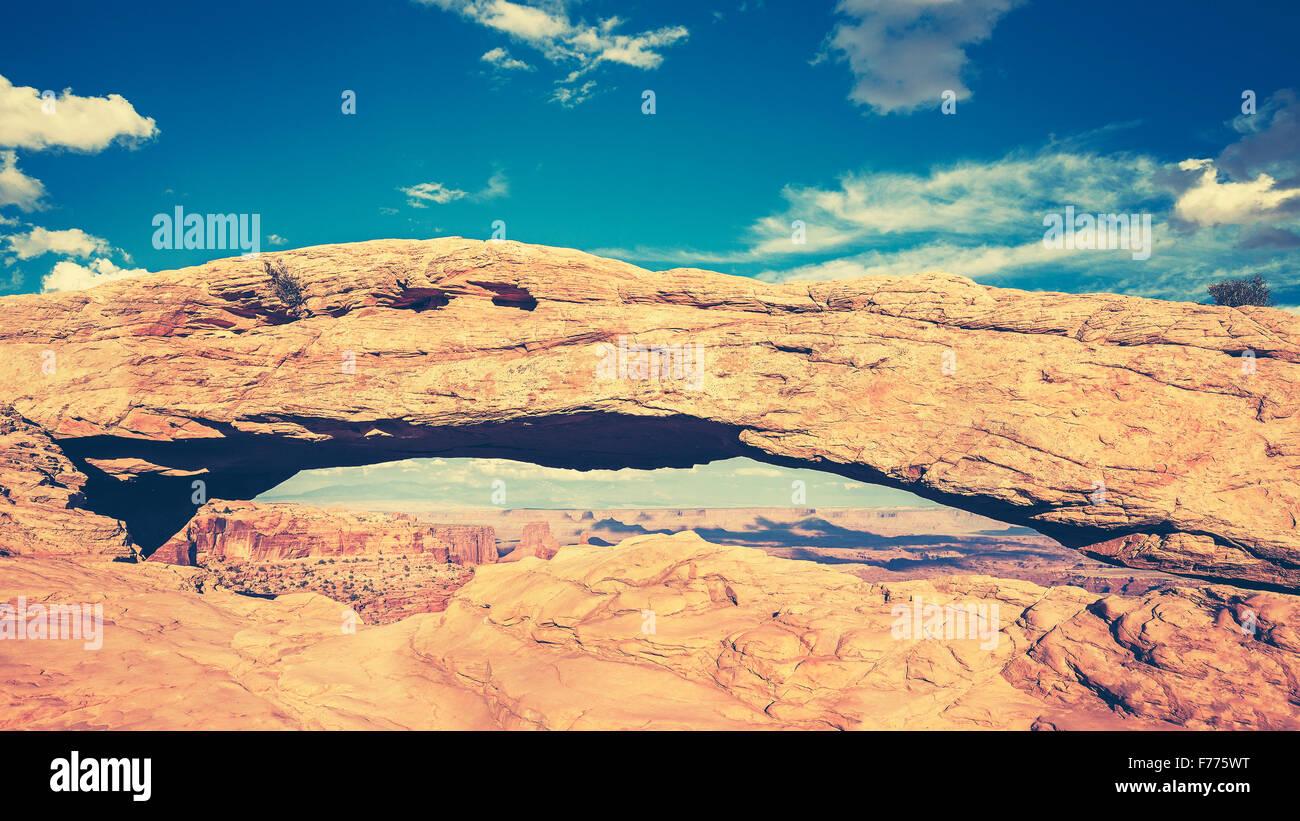 Retro getönten Mesa Arch im Canyonlands National Park in der Nähe von Moab, Utah, USA Stockbild