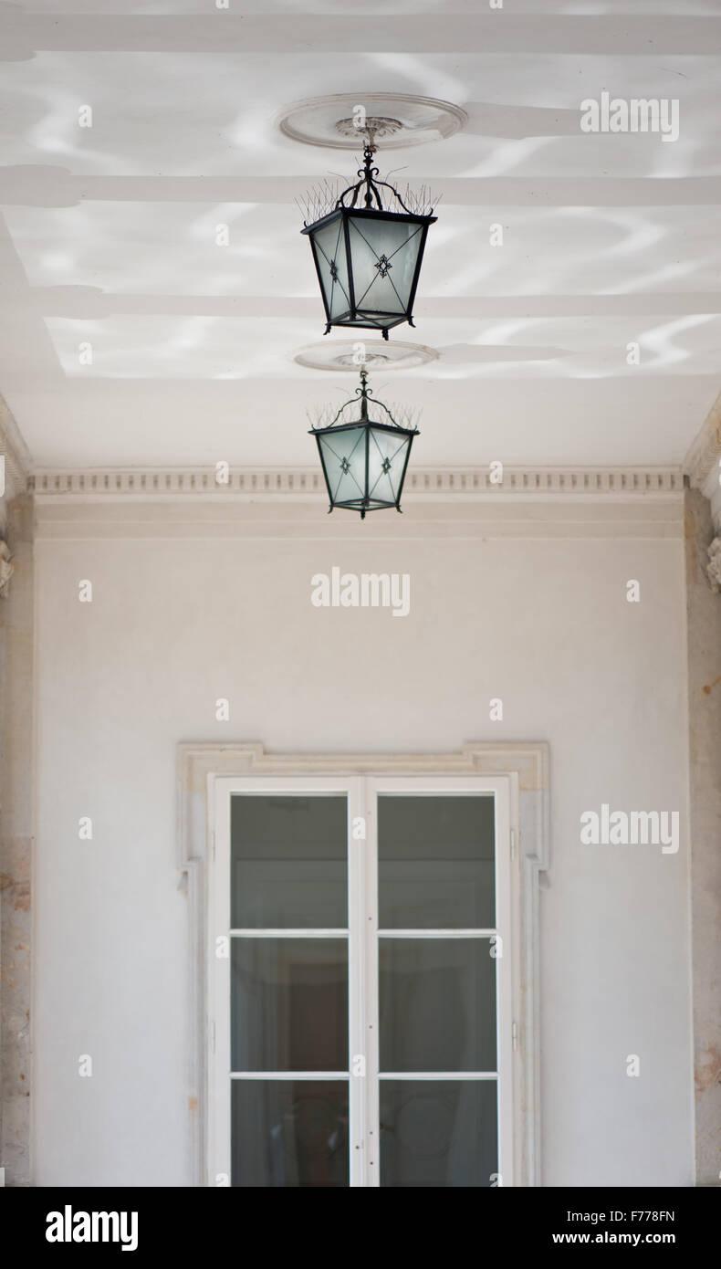 Fenster außen detail  Dekorative zwei Hängelampen unter der Decke in der Nähe von ...