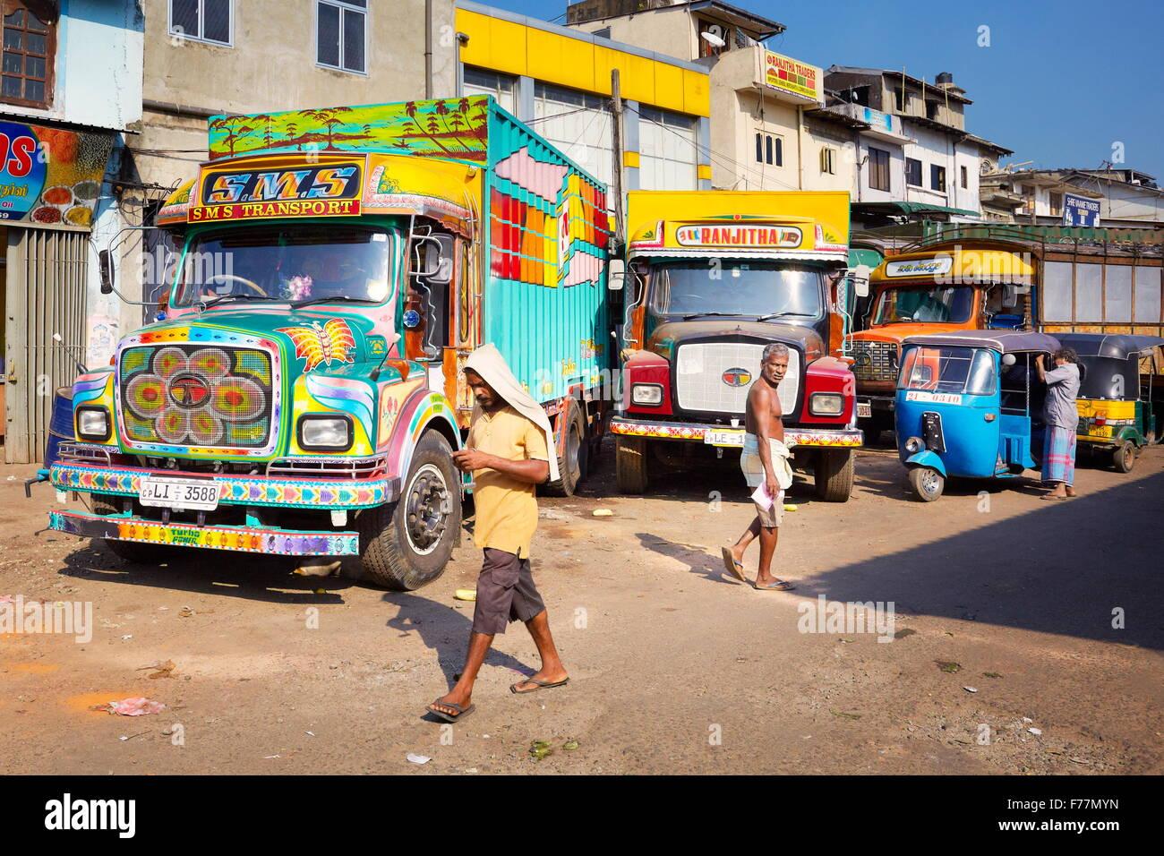 Sri Lanka - Colombo, farbige Transport-LKW in der Nähe des Marktes Stockbild