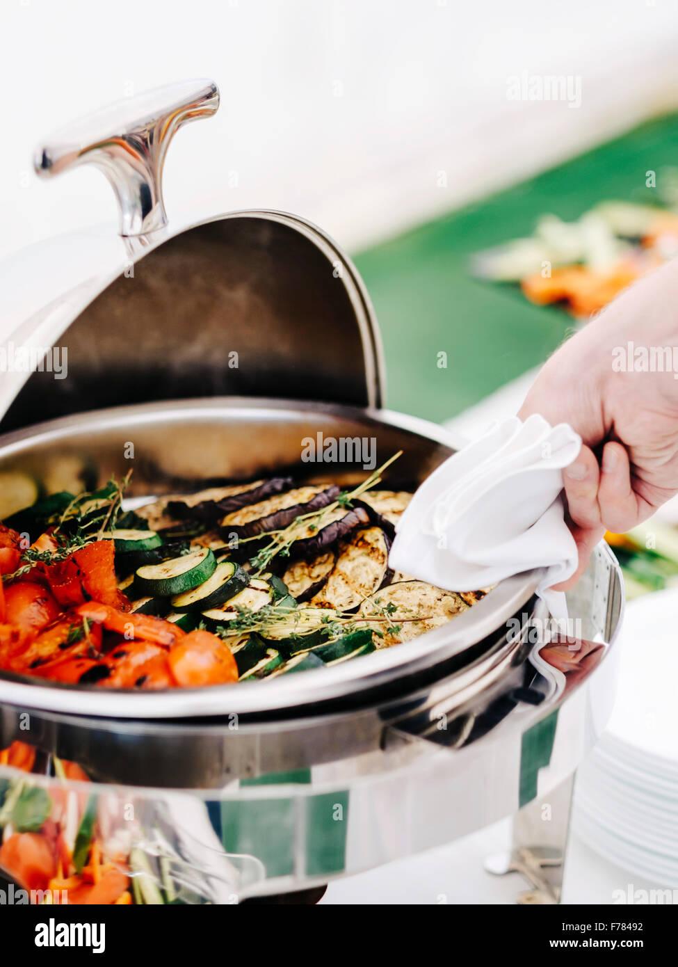 Dampf-Tabelle mit gegrilltem Gemüse Stockbild