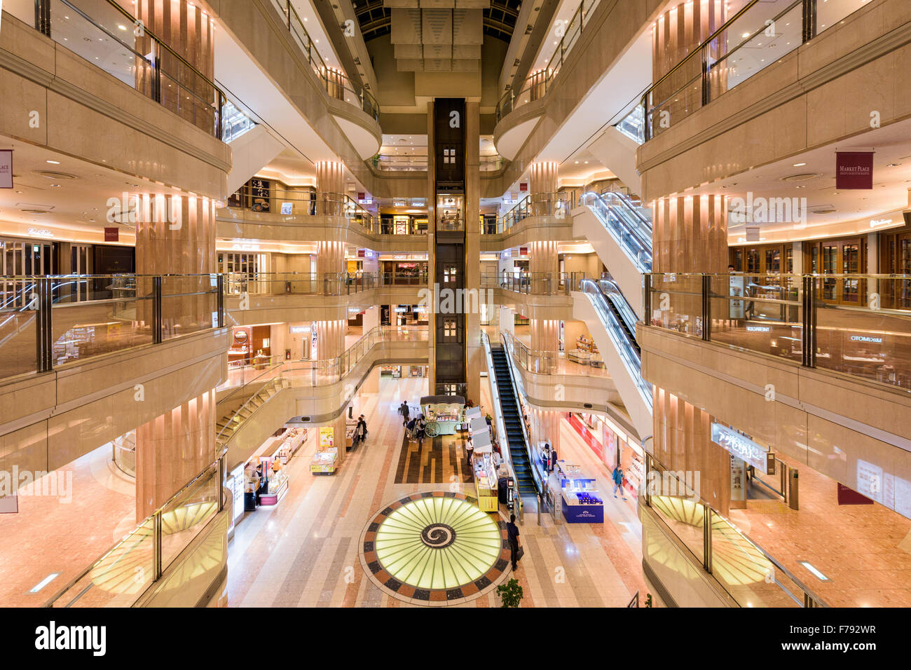 TOKYO, JAPAN - 1. September 2015: Domestic Terminal Mall der Flughafen Tokio-Haneda. Stockbild