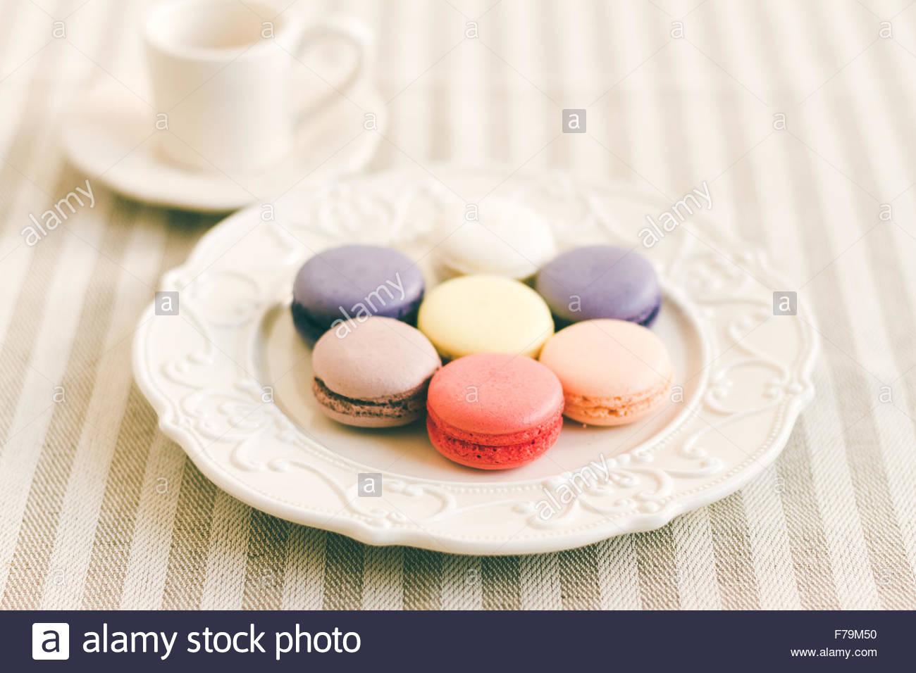 Verschiedene farbige Macarons auf weißen Retro-Teller. Selektiven Fokus Stockbild