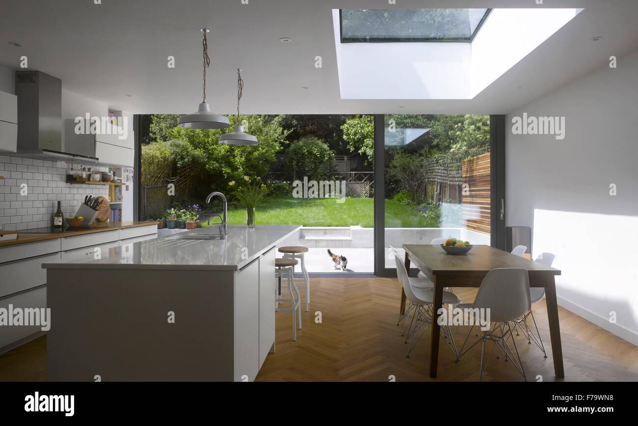 Esszimmer Und Küche Im Königreich Mit Blick Durch Terrassentüren Zum Garten  Nach Hause
