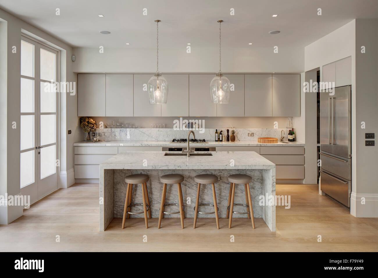Küche mit Marmor Insel im modernen Familie Heim 2012, Design von De ...